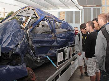 Archivfoto: Wrack eines Verkehrsunfalls aus dem Polizeipräsidium Mittelhessen, bei dem mehrere junge Insassen starben