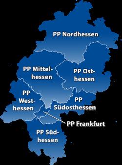 Blaue Hessenkarte mit weißen Polizeipräsidiumsgrenzen und den Schriftzügen der Polizeipräsidien Nordhessen bis Südhessen